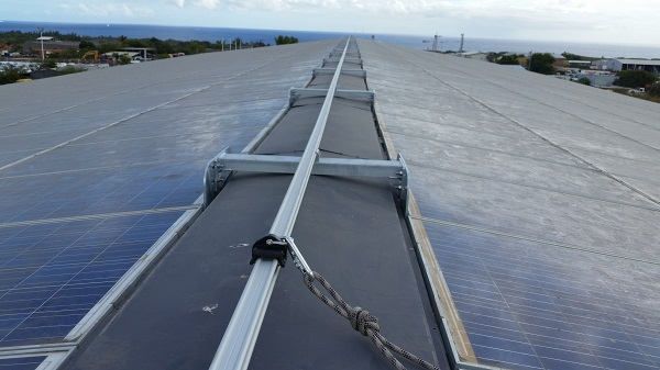 VERTIC's ALTIRAIL horizontal fall protection rail system on ALBIOMA's photovoltaic panels